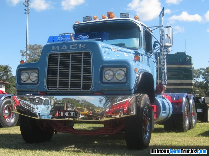 Classic Old Semi Trucks http://www.ultimatesemitrucks.com/classic_trucks_large_33.html